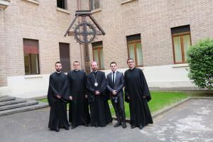 Preasfințitul Claudiu Lucian Pop, Episcop al Curiei Arhiepiscopiei Majore de Alba Iulia și Făgăraș, împreună cu studenții Arhiepiscopiei,  15 mai 2015