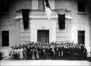 Preasfințitul Valeriu Traian Frențiu alături de pelerini, în curtea Colegiului Pio Romeno